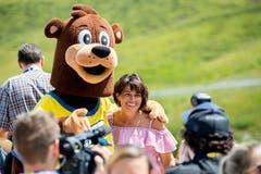 Doris Leuthard posiert mit dem Maskottchen während der Eröffnungsfeier des Bärenparks. (Bild: Christian Merz/Keystone (Arosa, 3. August 2018)).