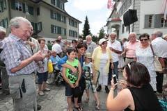 Doris Leuthard hat Zeit für ein Foto während der Bundesratsreise in Obwalden. (Bild: Roger Zbinden (Sarnen, 7. Juli 2017))
