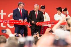Bundespräsident Johann Schneider-Ammann durchschneidet das Band zu Eröffnung des Gotthard-Basistunnels. Flankiert wird er von SBB-CEO Andreas Meyer und Doris Leuthard (Bild: Alexandra Wey (Pollegio, 1. Juni 2016))