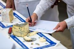 Jeder Käse erhält Punkte für Geschmack, Aussehen und Festigkeit. (Bild: Philipp Schmidli, 28. September 2018)