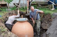 Auch Tochter Flurina Rohner half mit, das Loch rund um die Kwewri mit Kies und Erde aufzufüllen.