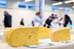 Die Lochung eines Käses spielt in die Bewertung hinein. (Bild: Philipp Schmidli, 28. September 2018)