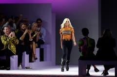 Das italienische Modehaus Versace wird an Michael Kors verkauft. Die US-Modegruppe zahlt rund 2,1 Milliarden Dollar. Versace ist eine von wenigen Luxusmarken in Italien, die noch im Besitz der Gründerfamilie waren. (Bild: Antonio Calanni/AP Photo)