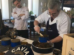 Bertrand Charles, Küchenchef des RitzCoffier (links) schaut zu, wie 8 Kilogramm Kaviar aus Paris im Wert von 24'000 Euro verarbeitet werden.
