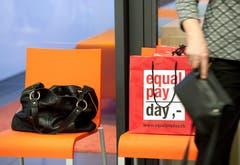 Grosse Unternehmen sollen prüfen müssen, ob sie Männern und Frauen gleich viel zahlen. Nach dem Ständerat hat diese Woche auch der Nationalrat diese Massnahme gegen Lohndiskriminierung gutgeheissen. (Bild: Peter Schneider/Keystone)