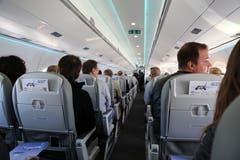 Der Passagierraum ist funktional und hell gehalten. Der Flugzeughersteller rühmt sich damit, den Passagieren viel Platz zu bieten und sie besonders gut vom Lärm der Turbinen abzuschirmen. (Bild: Vivien Huber)