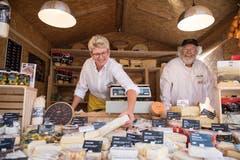 Monika Schuppli und Albert Studer von der Natürli Zürioberland AG zeigen ihre Produkte (Bild: Philipp Schmidli, 28. September 2018)