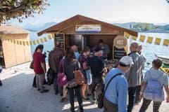 Beim Schweizerhofquai verkaufen diverse Käseproduzenten ihre Produkte. (Bild: Philipp Schmidli, 28. September 2018)