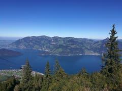 Blick von der Bergstation der Luftseilbahn Klewenalp auf den tiefblauen Vierwaldstättersee. (Bild: Urs Gutfleisch (Klewenalp, 27. September 2018))