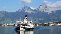 DS Stadt Luzern vor Treib, im Hintergrund der Kleine und Grosse Mythen. (Bild: Hans Steiner, 28. September 2018)