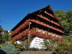 Typisches Zuger Bauernhaus im vollen Blumenschmuck. (Bild: Hugo Brugger (Walchwil, 28. September 2018))