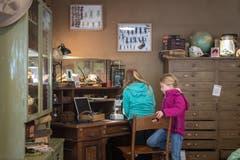 Die Forscherecke in der Zooschule ist eingerichtet wie das frühere Büro des Zoogründers Tierli Walter. Unter einem Binokular können beispielsweise verschiedene Tiere inspiziert werden, im grossen Terrarium auf dem Tisch krabbeln zahlreiche Speckkäfer. Sie gelten als typische Tiere für Forscher, da sie Schädel kahlfressen.