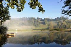 Herbstliches Spiegelbild: Die wärmenden Sonnenstrahlen lösen die letzten Nebelschwaden im Ostergau auf. (Bild: Hedy Muff-Ruckli (Willisau, 27. September 2018))