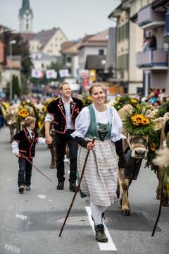 Über 250 Stück geschmücktes Rindvieh begleitet von Älplern, Sennen mit Zügel- und Brauchtumswagen und verschiedene Folkloregruppen zogen durchs Dorf. (Bild: Nadia Schärli (Schüpfheim, 29. September 2018))
