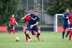 Elvis Bratanovic vom FC Sursee am Ball gegen Kickers-Spieler Stephane Munduki. (Bild: Manuela Jans-Koch (Luzern, 29. September 2018))