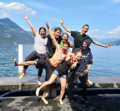 Die Leiter der Pfadi Isenringen Beckenried nach dem Bad im See. (Bild: Instagram/purzelbaim)