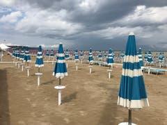 Die Badesaison ist vorbei, verlassen stehen Liegestühle und Schirme am Strand. (Bild: Helene Gosswiler (Fano, Italien (2. September 2018))