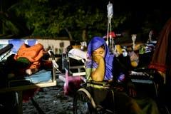 Überlebende werden medizinisch versorgt. (EPA/Mast Irham)