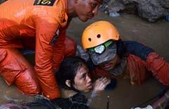 Rettungskräfte bergen eine Überlebende. (AP Photo/Arimacs Wilander)