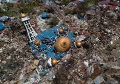 Eine Drohnenaufnahme zeigt die zerstörte Moschee. (EPA/STR)