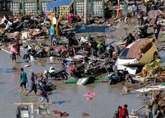 Überall liegen Trümmerteile und diverse Verkehrsmittel umher. (AP Photo/Tatan Syuflana)