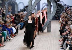 Models present creations by Akris at the end of the Spring-Summer 2019 Ready-to-Wear collection fashion show in Paris, on September 30, 2018. / AFP PHOTO / FRANCOIS GUILLOT