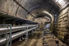 Im Tunnel verlaufen Leitungen vom St.Galler Fernwärmenetz. (Bild: Raphael Rohner)