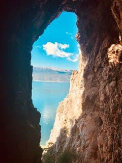 Der Aufstieg zu einem Eremitenkloster in den Felsen hat sich allein schon der Aussicht wegen gelohnt (Bild: Helene Gosswiler (Psarades, Griechenland, 8. September 2018))