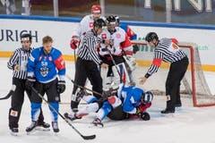 Die Schiedsrichter versuchen Spieler zu trennen, die während des Spiels aneinander geraten sind. (Bild: Keystone/Urs Flüeler (Zug, 8. September 2018)).