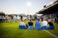 Souvenirjäger sitzen auf dem Rasen im alten FCL-Stadion (Bild: Pius Amrein (Luzern, 13. Juni 2009)