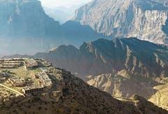 Das Hajar-Gebirge gilt als Wunderland der Geologie. Hier lässt sich ein Querschnitt durch alle Gesteinsschichten leicht erkunden. Atemberaubend ist die Aussicht vom Mountain-Resort Anantara Al Jabal Al Akhdar auf 2000 Metern über Meer.