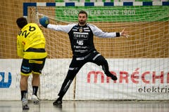 HC Kriens-Luzerns Goalie Andre Willimann (rechts) macht sich im Tor breit vor Severin Kaiser des TSV St. Otmar St. Gallen. (Bild: Philipp Schmidli (Kriens, 8. September 2018))