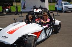 """Ruth Burch und Tochter Kaya aus Kägiswil testen ein Elektro-Mobil bei """"Bewegt 18"""". (Bilder: Franziska Herger (Kägiswil, 8. September 2018))"""