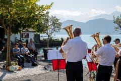 Ausblick auf den Vierwaldstättersee inklusive: Die Blaskapelle Venovana musiziert beim Hotel Du Lac. (Bild: Philipp Schmidli (Weggis, 8. September 2018))