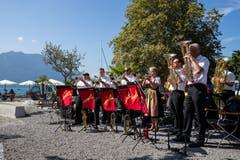 Die Blaskapelle Venovana spielt beim Hotel Du Lac. (Bild: Philipp Schmidli (Weggis, 8. September 2018))