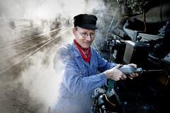 100 Jahre Sursee-Triengen-Bahn: Lokführer Patrick Imfeld zeigt, wie die Dampflokomotive funktioniert (Bild: Nadia Schärli (Sursee, 24. November 2012))