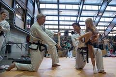 Markus Wäfler und Silvia Lettenbichler zeigen, wie man im Taekwondo eine Fichtenplatte in zwei Teile kickt.