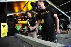 Die beiden Rollhockeyaner Marcel Greimel (links) und Michael Gerig beim Nageln . (Bild: Urs Hanhart, Altdorf, 9. September 2018)