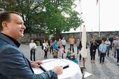 Der Grabser Gemeindepräsident Niklaus Lippuner begrüsste am Samstagvormittag die Neuzugezogenen im Schlosshof Werdenberg. (Bild: Bilder: Hansruedi Rohrer)