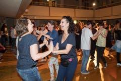Die Tanznacht am Samstag in der Offenen Kirche ist beliebt. Hier tanzt jeder mit jedem. (Bild: Ralph Ribi)