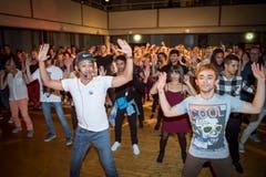 Unter Anleitung eines Profis studiert das Publikum gemeinsam eine Latin-Choreografie ein. (Bild: Ralph Ribi)