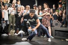 Einer gegen einen: Die Tänzer geben ihr Bestes. (Bild: Ralph Ribi)