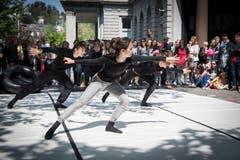 Der Tanzrundgang führt an verschiedene Stationen in der Stadt: Hier wird vor dem Multertor getanzt. (Bild: Ralph Ribi)