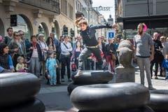 """Unter dem Titel """"Cause and Effect"""" interagieren die Tänzerinnen und Tänzer - wie hier im Bild Diane Gemsch - mit ihrer Umgebung. (Bild: Ralph Ribi)"""