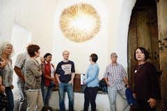 Maya Suenderhauf vom Verein Schloss Werdenberg (rechts) führt eine Gruppe durch die historische Stätte.