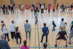 Am Sonntag können sich die Besucher selber in einem Tanz ausprobieren: Der Lindy-Hop-Workshop in der Kanti-Turnhalle ist gut besucht. (Bild: Urs Bucher)