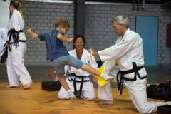 Markus Wäfler und Silvia Lettenbichler zeigen dem 8-jährigen Lukas wie man im Taekwondo eine Fichtenplatte in zwei Teile bringt. Und zwar ohne Säge oder irgendwelches Werkzeug. Chapeau!!