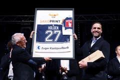 Der EVZ-Präsident Hans-Peter Strebel (links) überreicht Holden dessen ehemaliges Trikot.