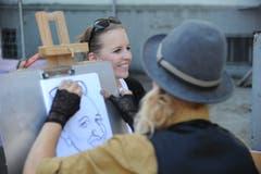 Künstlerin Corinne Sutter beim Speed-Porträt-Malen. (Bild: Urs Hanhart, Altdorf, 9. September 2018)