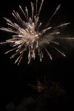 Zum Start ins neue Jahr: Feuerwerk in Steinhausen. (Bild: Daniel Hegglin, 1. Januar 2019)